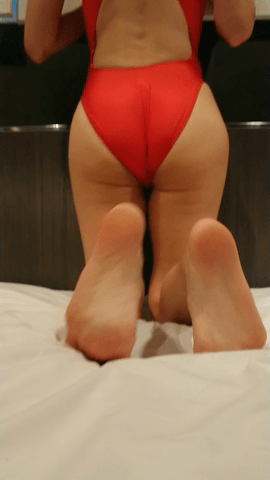 赤い水着で四つんばい